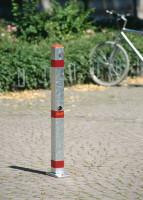 Runder Sperrpfosten aus Stahl mit Bodenplatte, mit Zylinderschloss, 76 mm Durchmesser Weiß/Rot