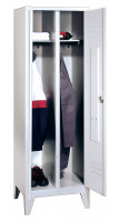 Garderobenschrank, die Klassischen, 4 Abteile/Türen für 2 Person, Abteilbreite 300 mm, mit Füßen Lichtgrau RAL 7035 / Lichtgrau RAL 7035