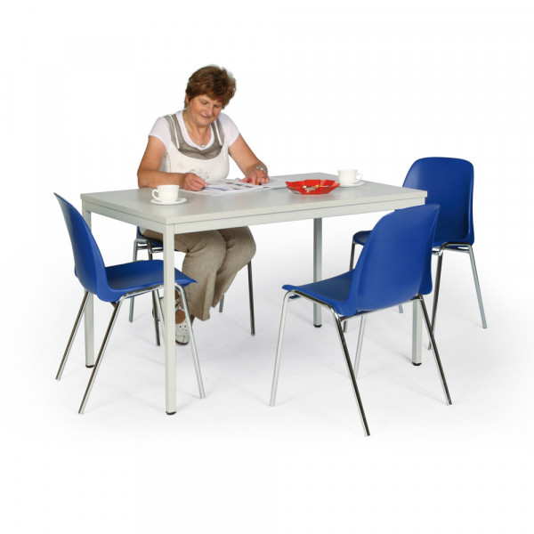Sitzgruppe mit 4 Kunststoffstühlen