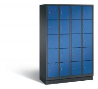 C+P Schließfachschrank, die Klassischen, Abteilbreite 300 mm, Anzahl Fächer 20, mit Sockel Schwarzgrau RAL 7021 / Enzianblau RAL 5010